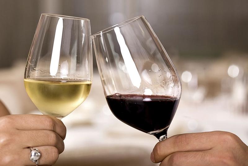 dos_copas_vino_blanco_vino_tinto